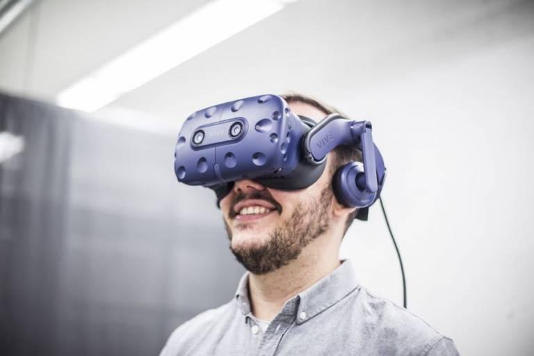 VR-lasit esimerkkihenkilön päässä.