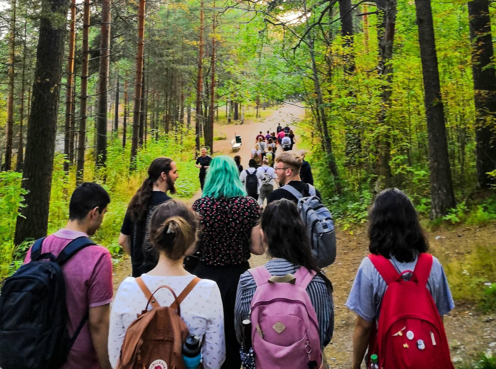 Opiskelijoita metsäretkellä