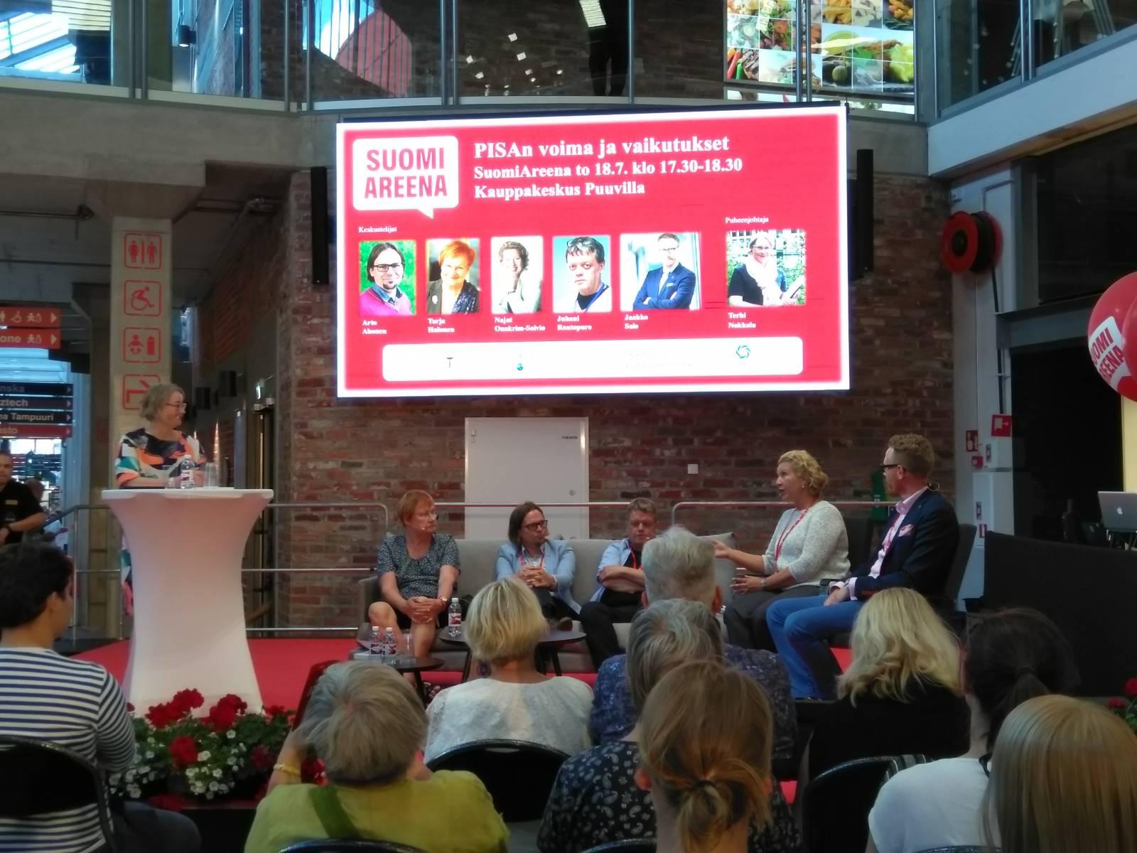 Panelistit keskustelevat SuomiAreenan lavalla