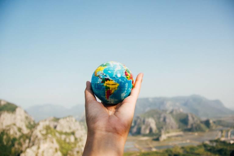 Käsi, joka pitelee pientä maapalloa