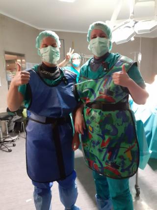 Leikkaussalissa sädesuojat päällä