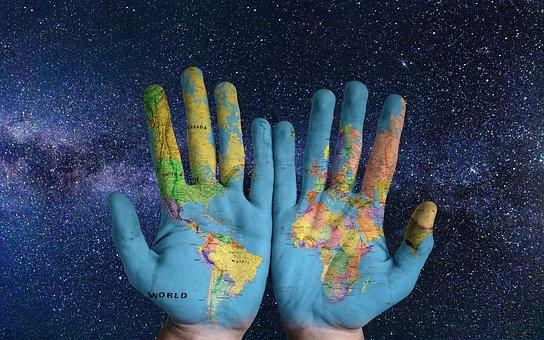 Käsiin maalattu maapallo kuvaa monia mahdollisuuksia