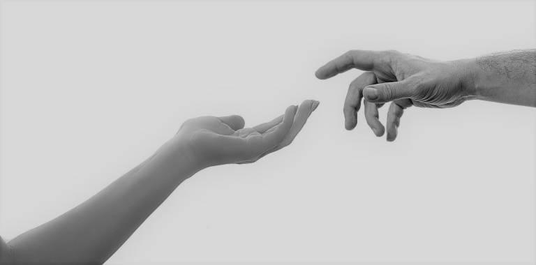 kädet.