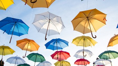 Kuvituskuva: värikkäitä sateenvarjoja