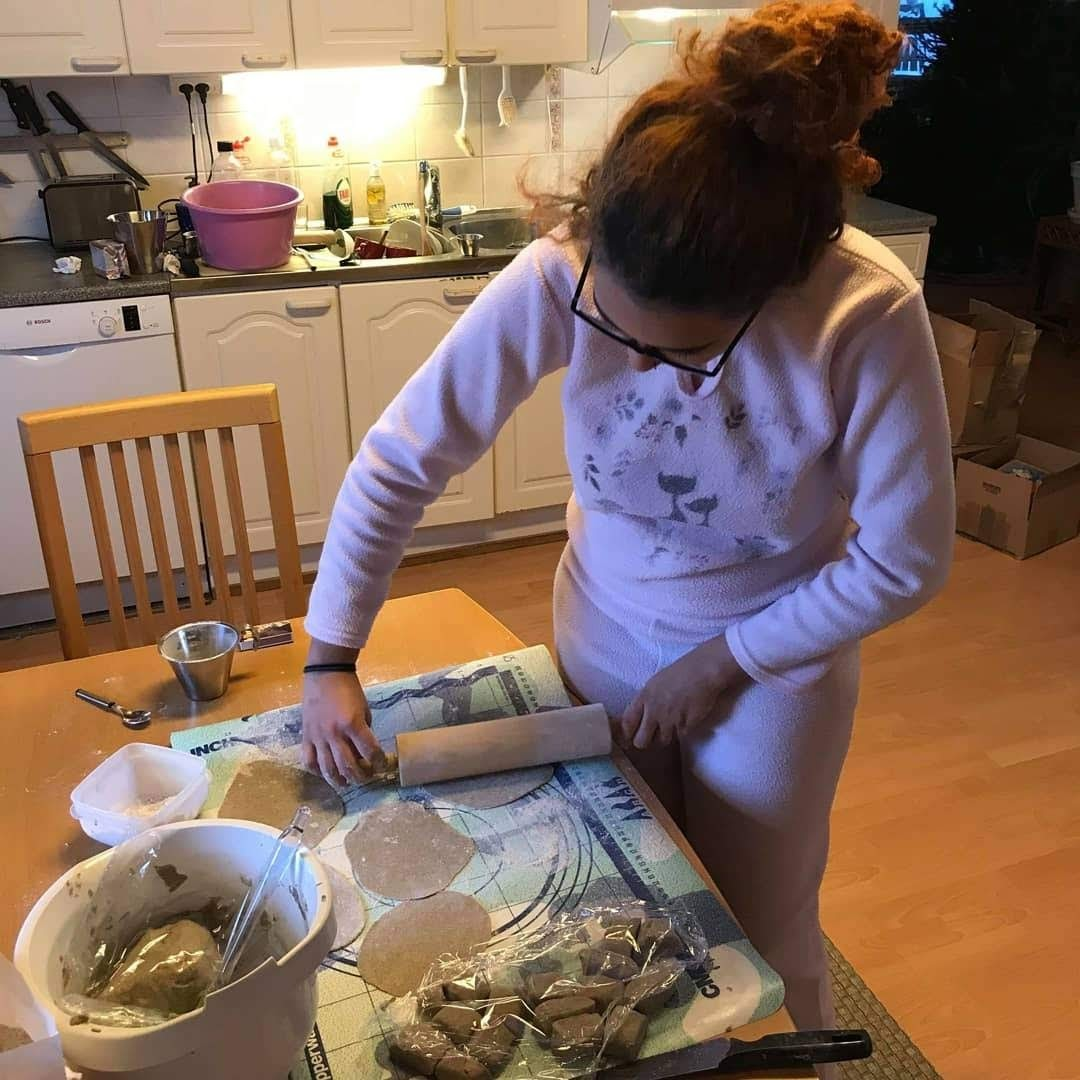 Raysa making Karelian pies.
