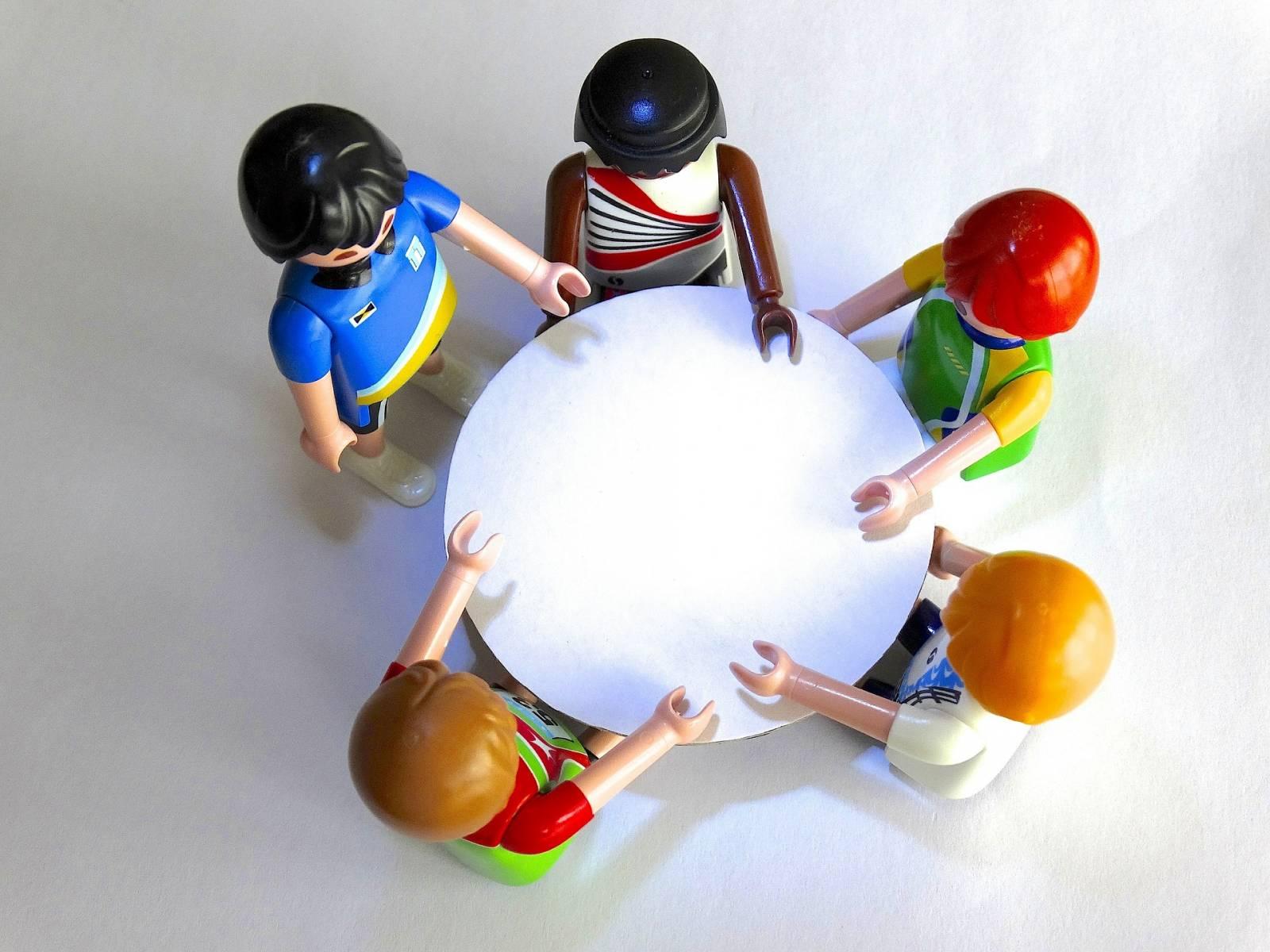 Playmobil-hahmot pöydän ympärillä