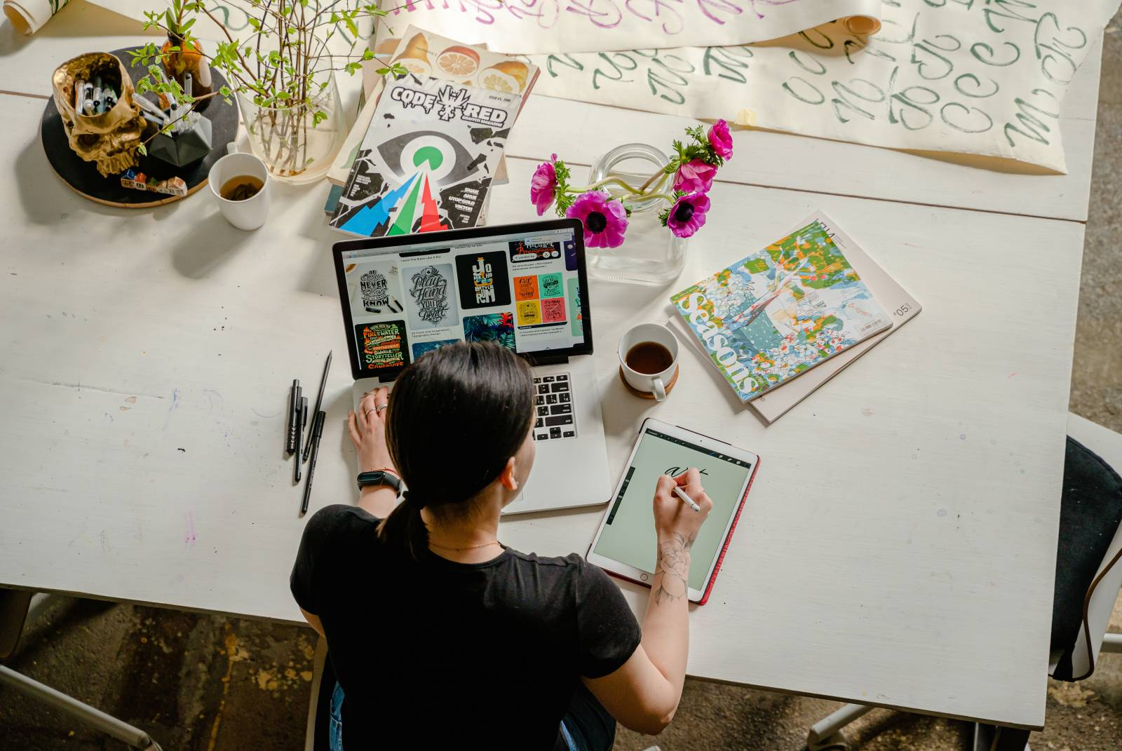 Kiireinen opiskelija työpöydän äärellä