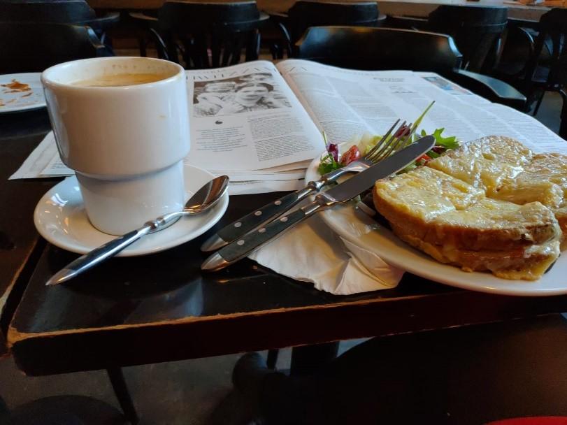 Aamiaispöytä.