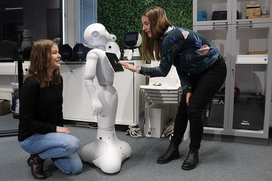 Jenna Lamberg, Sallamaari Isoniemi ja Pepper-robotti