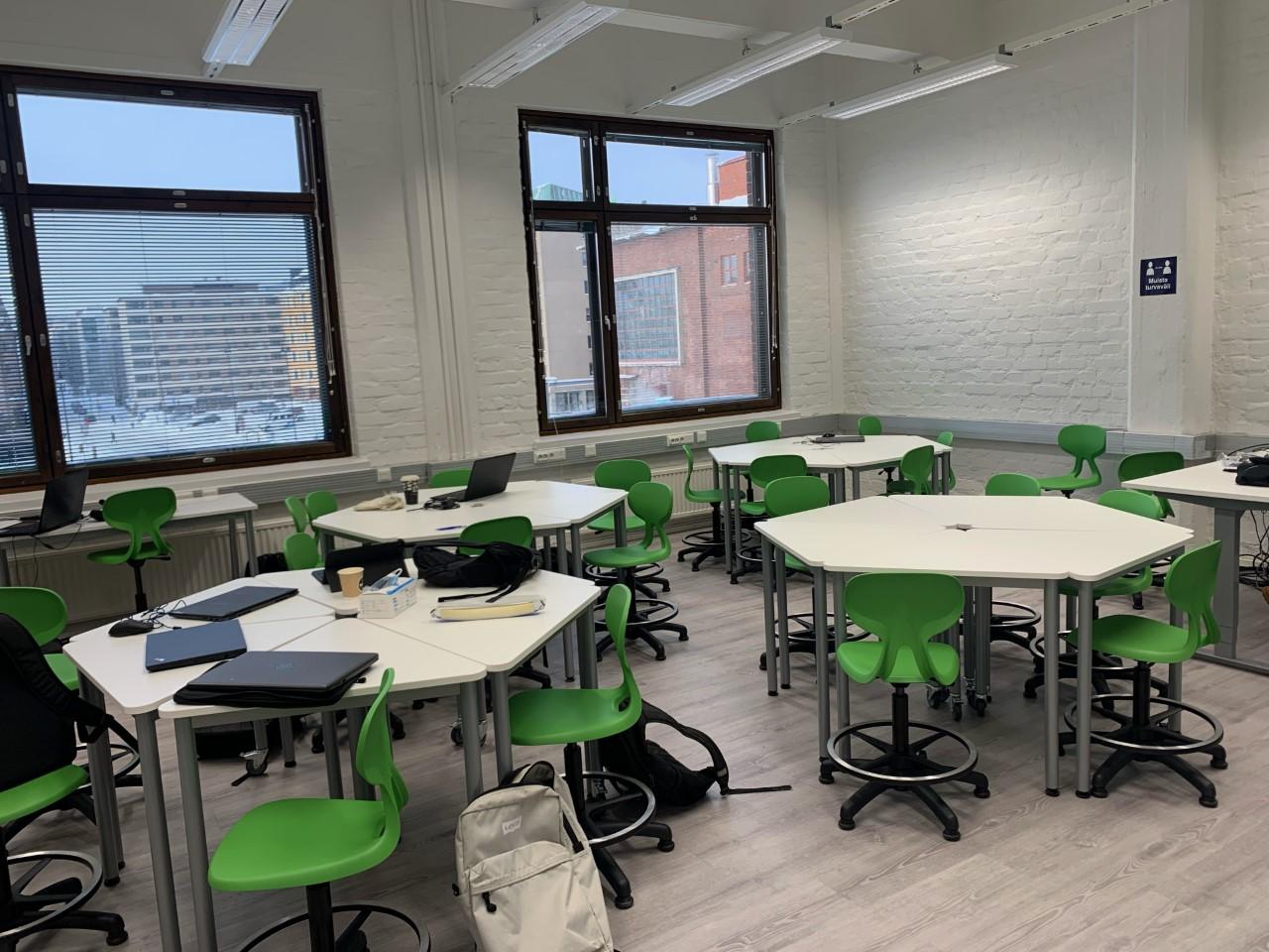 Luokkahuonetila ilman opiskelijoita