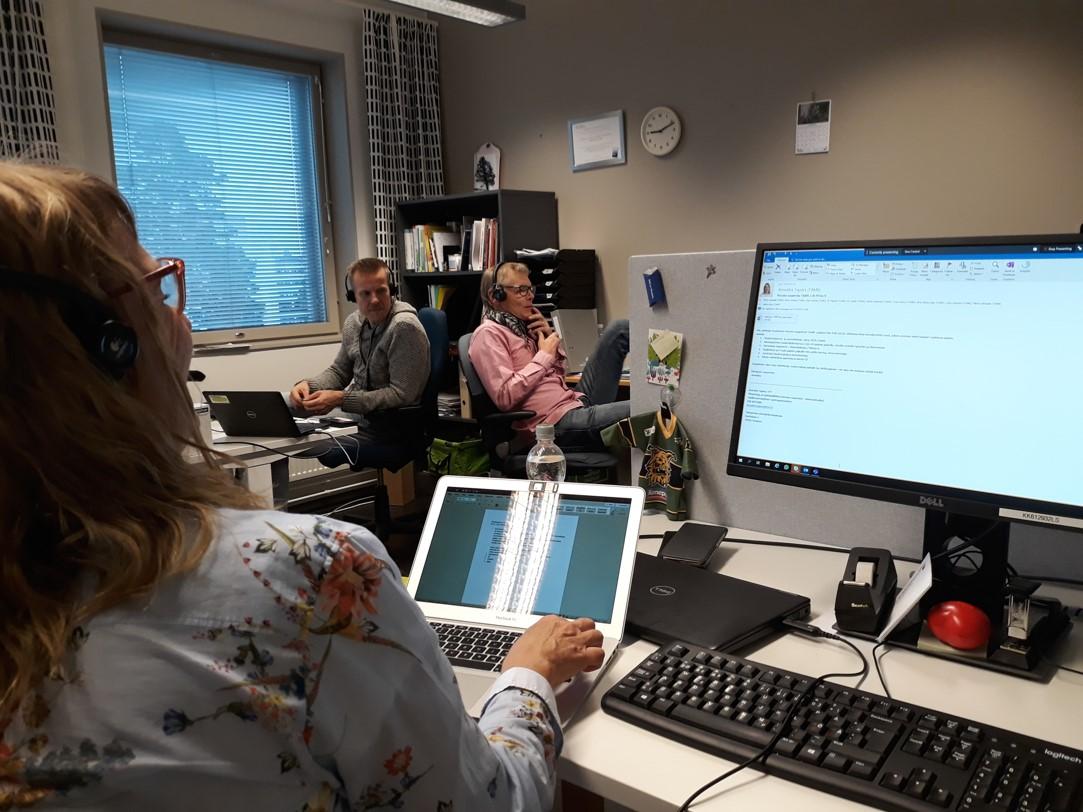 Työhuoneessa kirjoittajat Annukka Tapani ja Ari Jussila. Kuvassa myös Jiri Vilppola