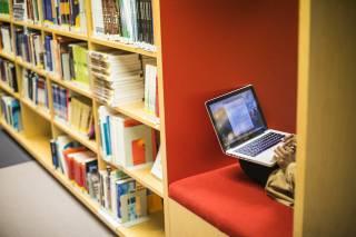 Opiskelija TAMKin kirjastossa tietokoneella.