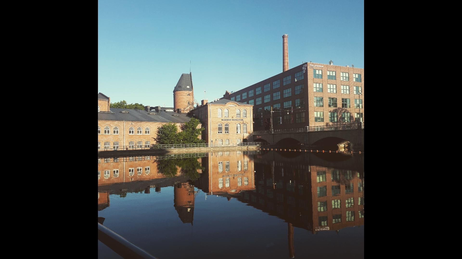 Keskustan rakennuksia ja pato Tampereella.