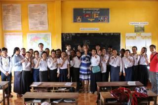 Tarja Juurakko-Koskinen Kambodzan koulussa opiskelijoiden kanssa vuonna 2016.