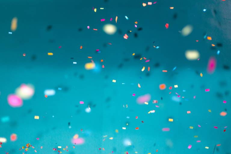 Kuva, jossa konfetteja