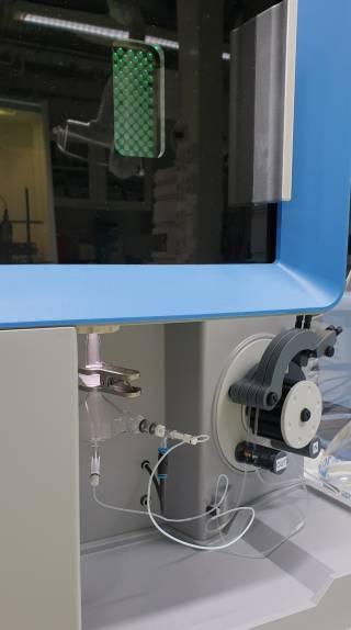 Näyte muutetaan hienojakoiseksi sumuksi ja ohjataan noin 10 000 °C:een argonplasmaan, jossa se saatetaan mitattavaan muotoon.