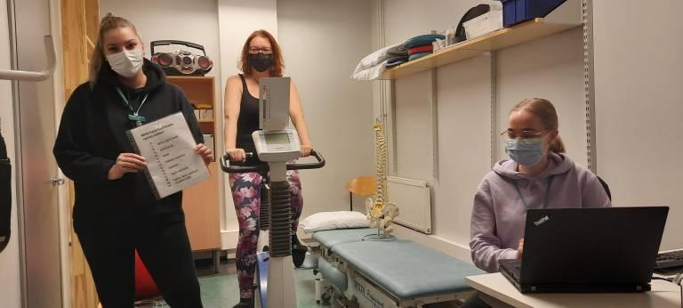 Fysioterapeuttiopiskelijat Janika Ketola (vasemmalla) ja Anni Heino (oikealla) tekivät Ursula Helskylle testauksia TAMKin Hyvinvointiklinikalla.