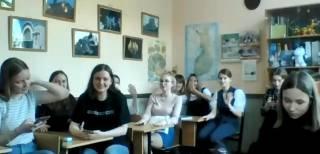 Kuva, jossa pietarilaisia opiskelijoita luokassa