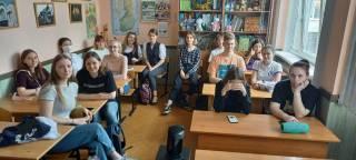 Kuva, jossa pietarilaisia opiskelijoita luokassa.