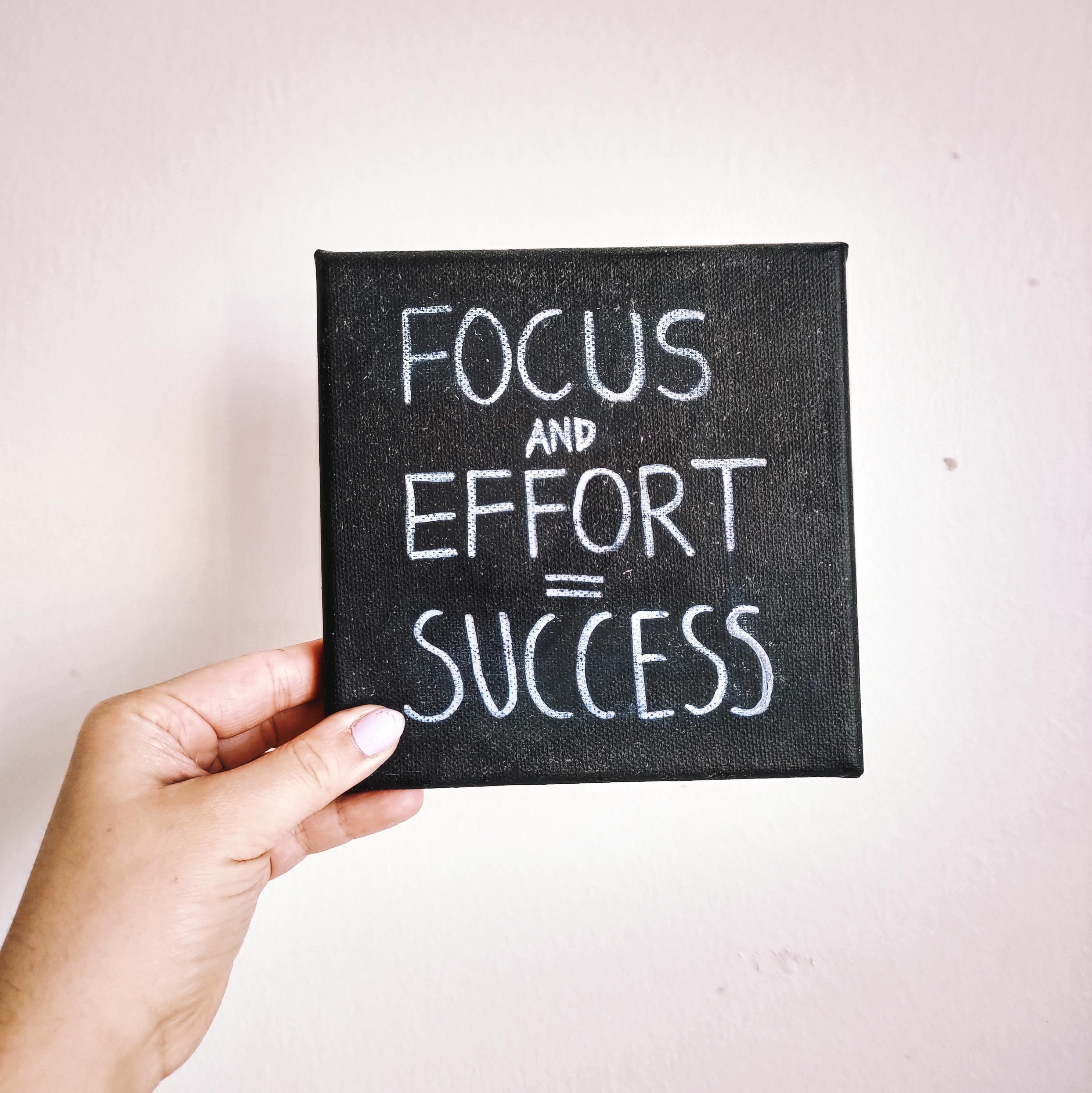 Teksti: Focus + effort = success.
