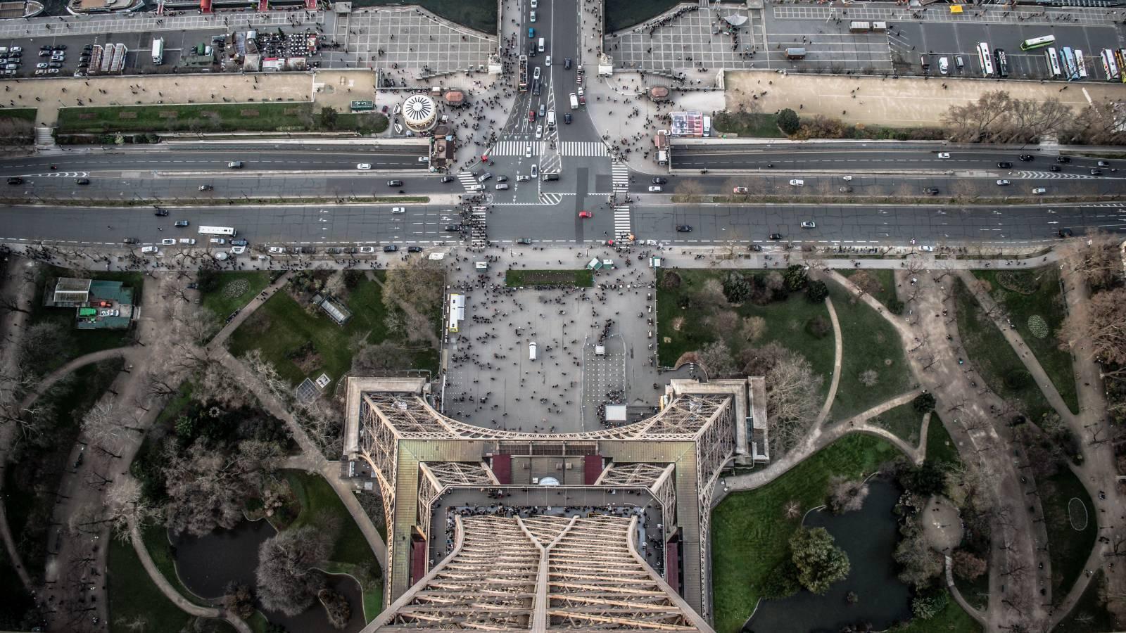 Liikenteen vilinää Eiffel-tornin juurella.