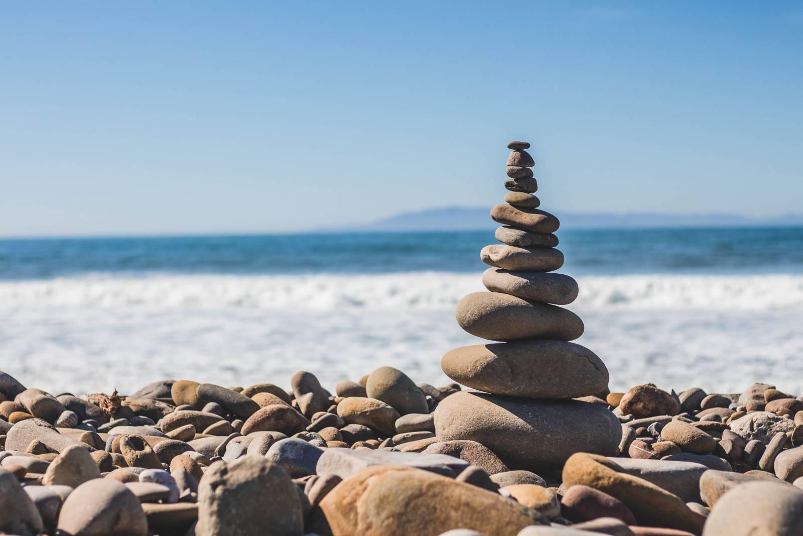 Meren rannalla kivistä tehty torni.