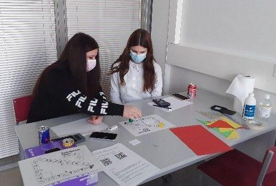 Kaksi VAAO:n opiskelijaa tekee tehtäviä pöydän äärellä.ll