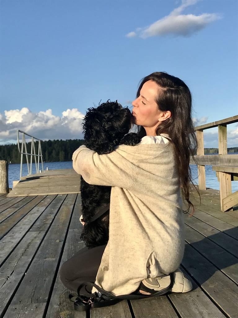 Mari koiransa Bondin kanssa-