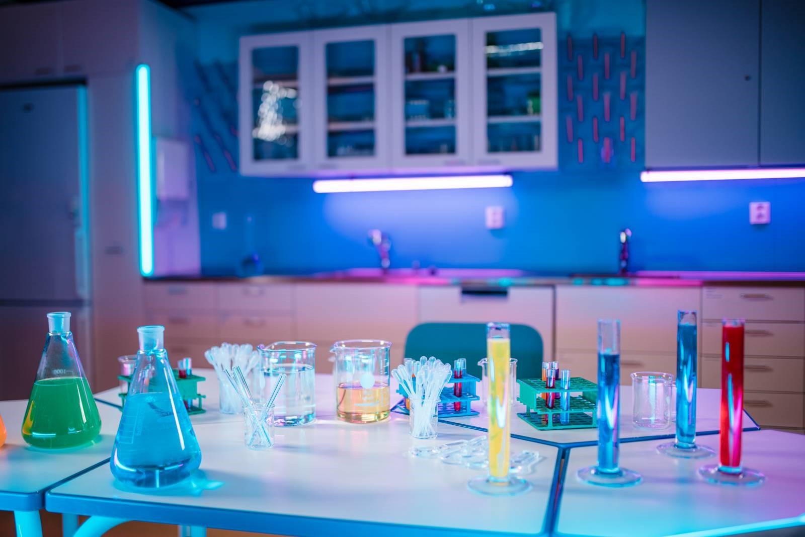 Laboratoriossa erilaisia koeputkia.