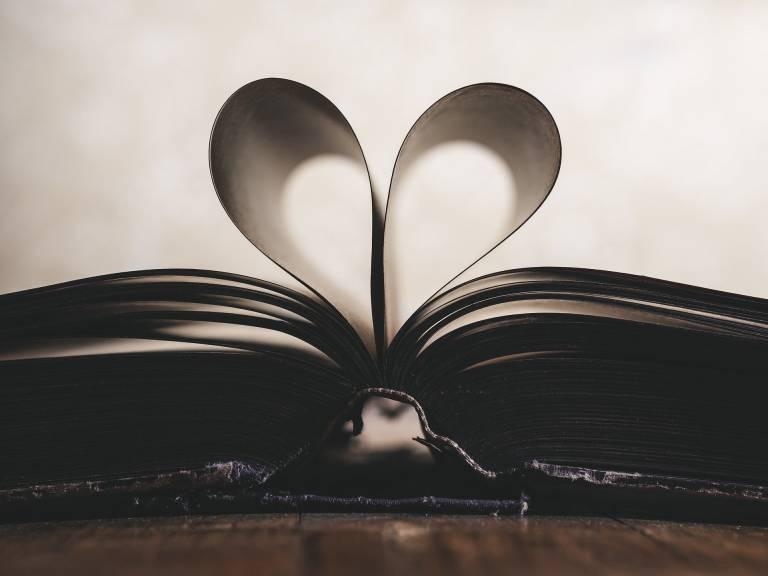 kirjan sivuista muodostuva sydän