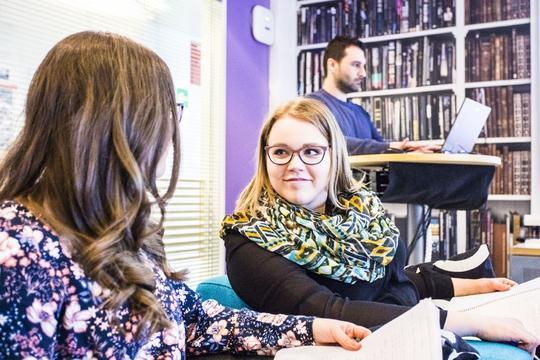 opiskelijoita kirjstossa